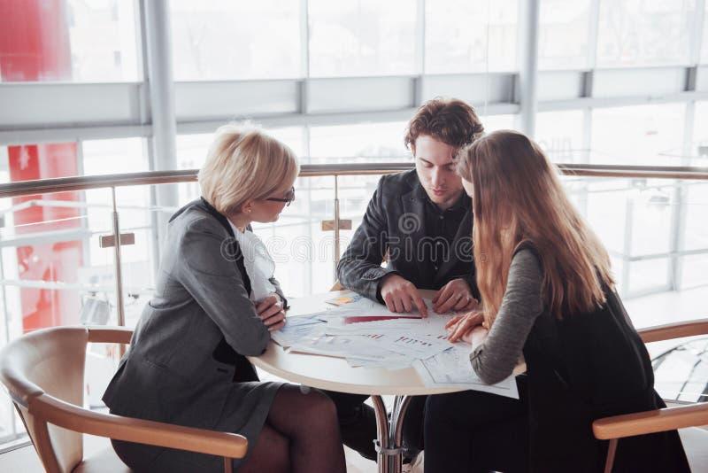 Дело, технология и концепция офиса - усмехаясь женский босс говоря к делу объединяется в команду стоковые фотографии rf