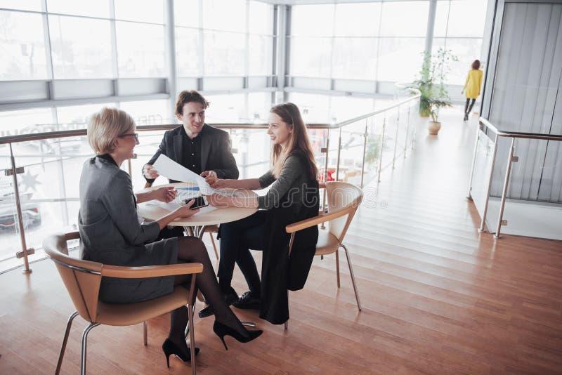 Дело, технология и концепция офиса - усмехаясь женский босс говоря к делу объединяется в команду стоковые изображения rf
