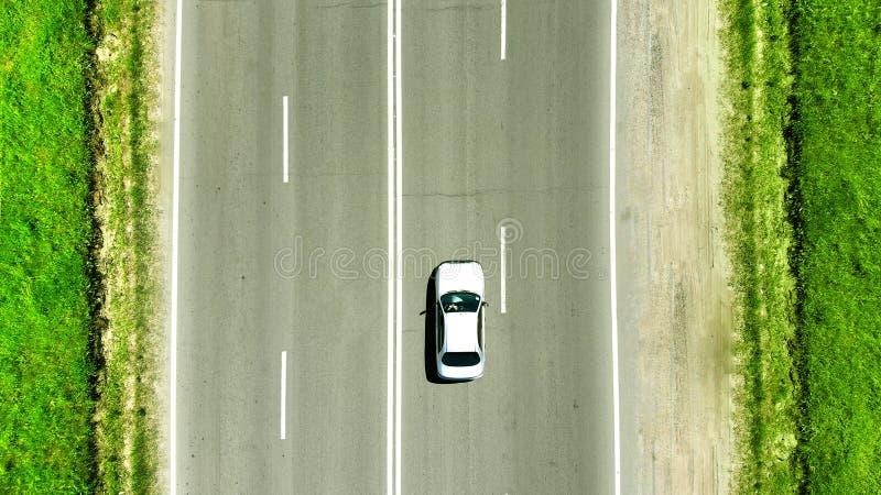 дел Белое вождение автомобиля на шоссе стоковые фотографии rf