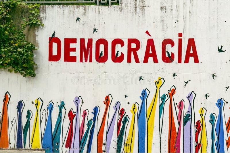 Демократия слова на серой стене стоковые изображения