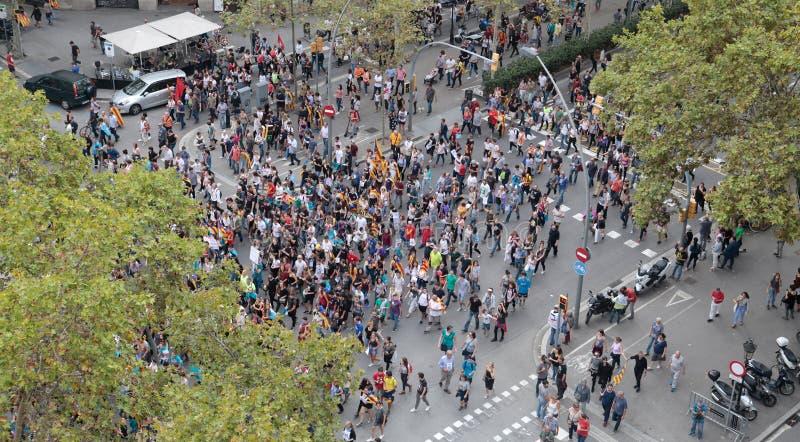 Демонстранты для независимости в взгляде Барселоны широком стоковое фото rf
