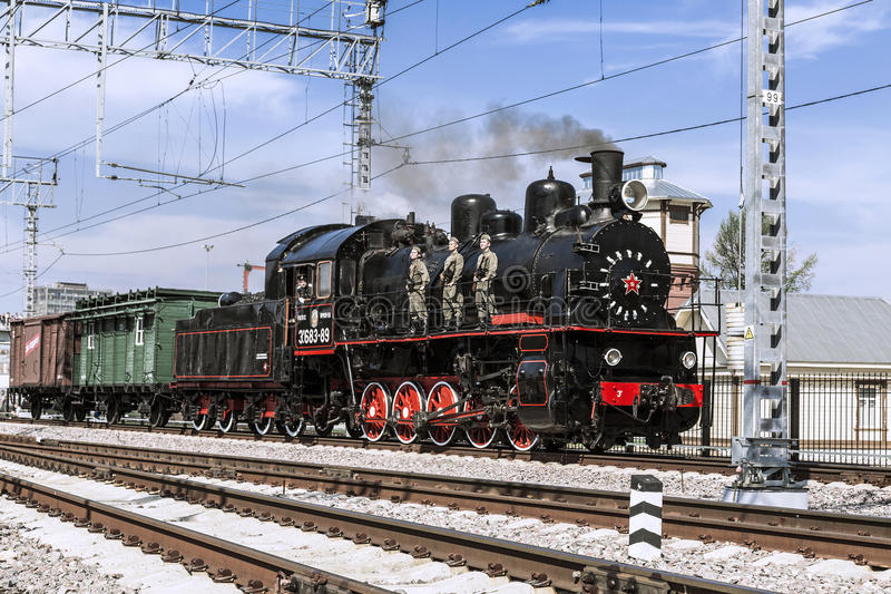 Демонстрация восстановленных винтажных локомотивов на торжестве дня железнодорожных войск Российской Федерации в Москве стоковая фотография