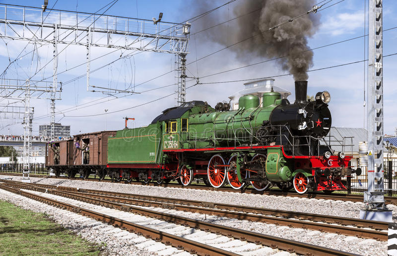 Демонстрация восстановленных винтажных локомотивов на торжестве дня железнодорожных войск Российской Федерации в Москве стоковые изображения