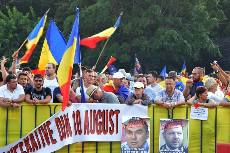 Демонстрация в Бухаресте, год после того как жандармы атаковали протестующих, туристов и журналистов стоковая фотография