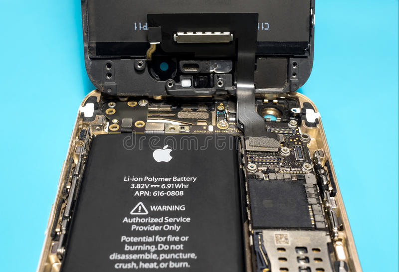 Демонтированное iPhone Яблока показывающ компоненты внутрь стоковая фотография rf