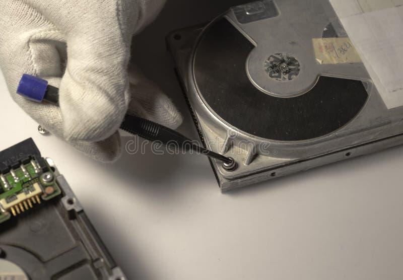 Демонтированный жесткий диск от компьютера, hdd с влиянием зеркала Раскрытый жесткий диск от hdd компьютера с влияниями зеркала стоковое изображение rf