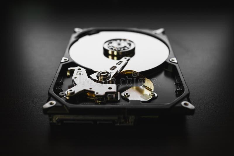 Демонтированный жесткий диск от компьютера (hdd) с влияниями зеркала Часть компьютера (ПК, компьтер-книжки) стоковая фотография