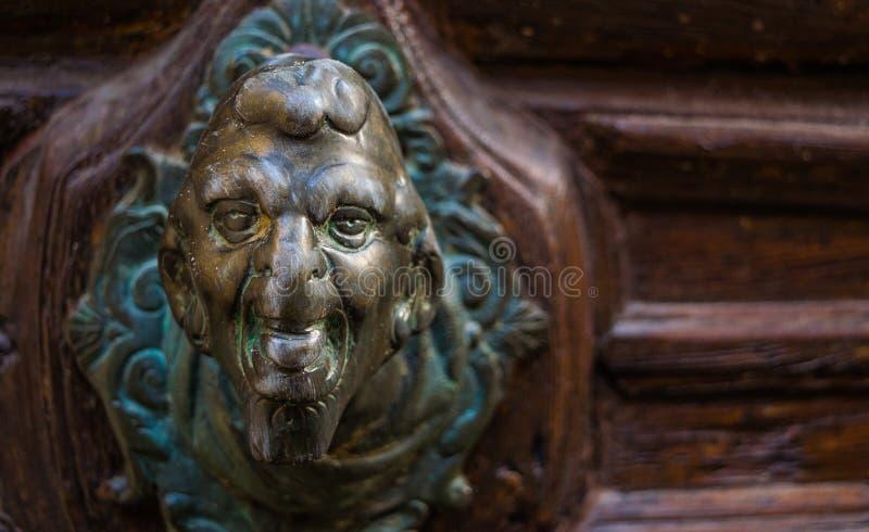 Демон на ручке двери, Венеции стоковая фотография rf