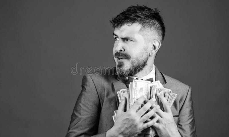 Денег кучи владением бизнесмена человека предпосылка бородатых голубая Удивленный бизнесмен чувствует как похититель с серией нал стоковые фотографии rf