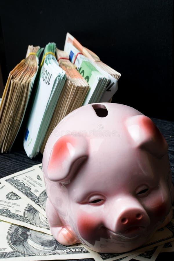 денежный ящик свиньи с наличными деньгами, счетами долларом, евро, сбережениями, хранением, богатством большой профит стоковые фотографии rf