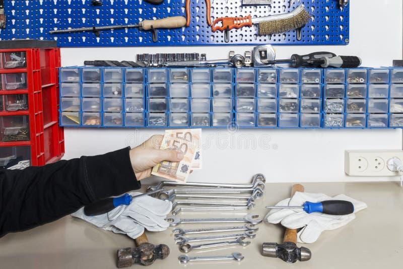 Деньги женщины поручая для работы стоковое изображение