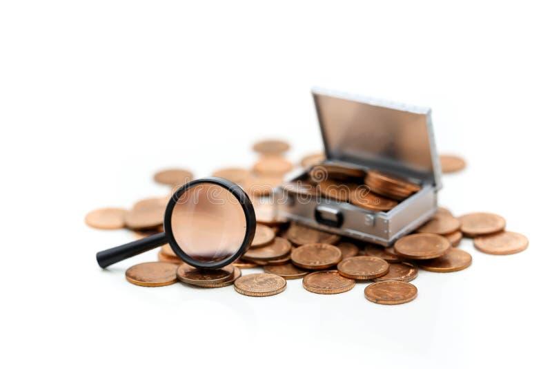 Деньги или монетки в коробке комода с лупой на задней части белизны стоковые фотографии rf