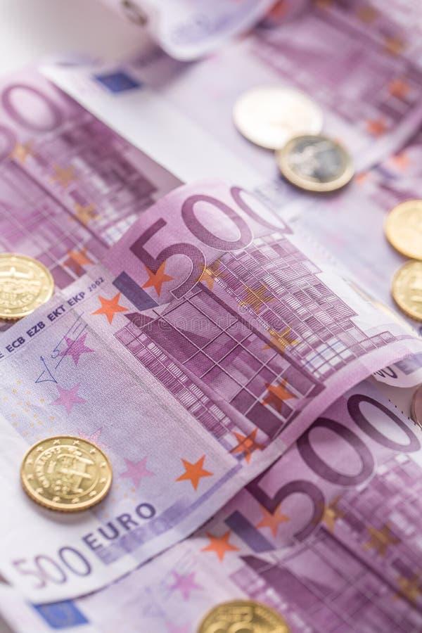 Деньги и валюта монеток банкнот евро конца-вверх 5 houndred стоковые изображения rf