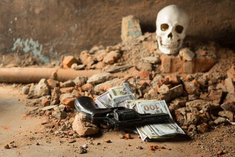 Деньги и револьвер около черепа Уголовная концепция стоковые фотографии rf