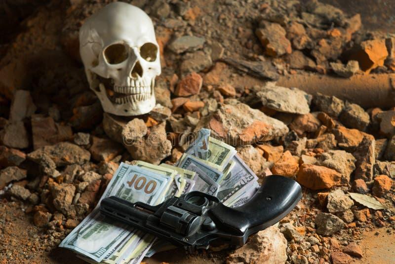 Деньги и револьвер около черепа Уголовная концепция стоковое изображение rf