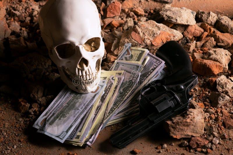 Деньги и револьвер около черепа Уголовная концепция стоковые изображения