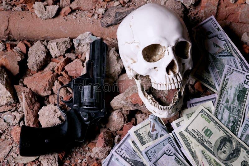 Деньги и револьвер около черепа Уголовная концепция стоковые изображения rf