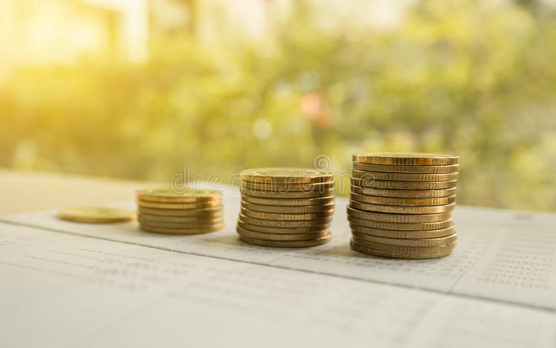 Деньги монетки кучи с финансами счетной книги и концепцией банка стоковое изображение rf