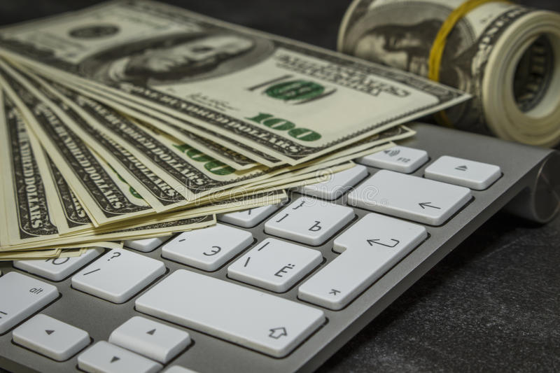 Деньги на клавиатуре компьютера стоковые изображения rf