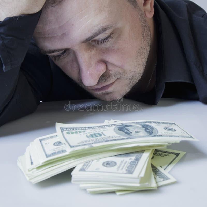 Деньги нет ключа к счастью Закройте вверх по психологическому портрету успешного но несчастного бизнесмена со счетами доллара США стоковые фото