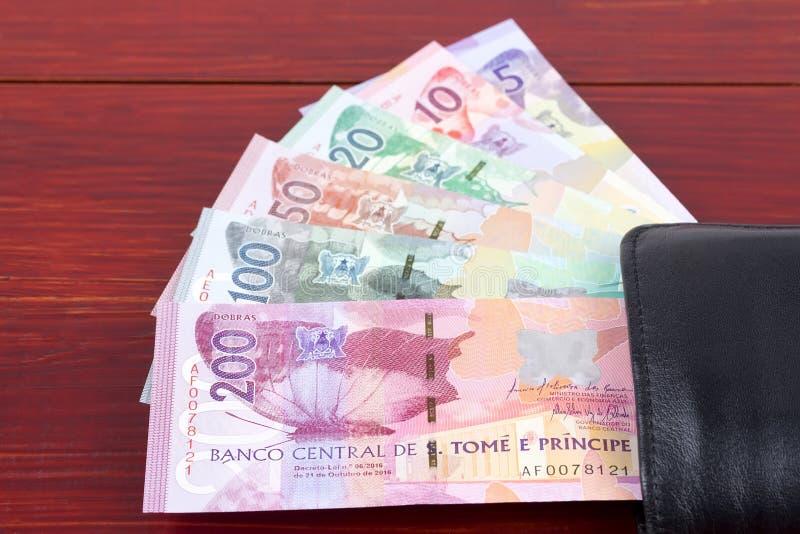 Деньги от St. Thomas & принца в черном бумажнике стоковое фото rf