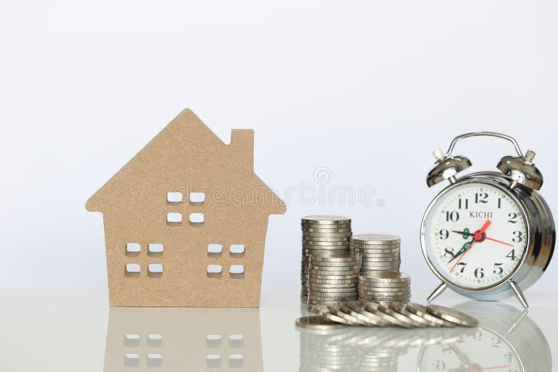 Деньги сбережений для подготавливают в будущей концепции, стоге денег монеток и стеклянной бутылке на естественной зеленой предпо стоковые фото