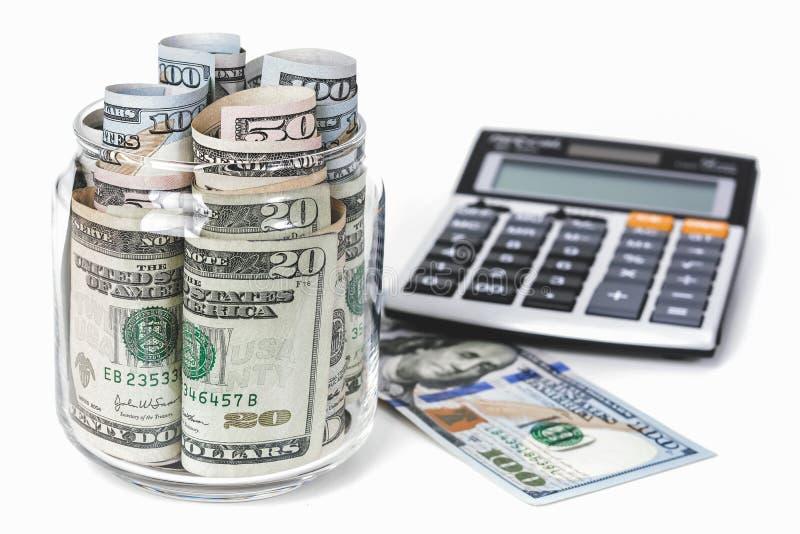 Деньги, счеты доллара США, с калькулятором на белой таблице стоковая фотография