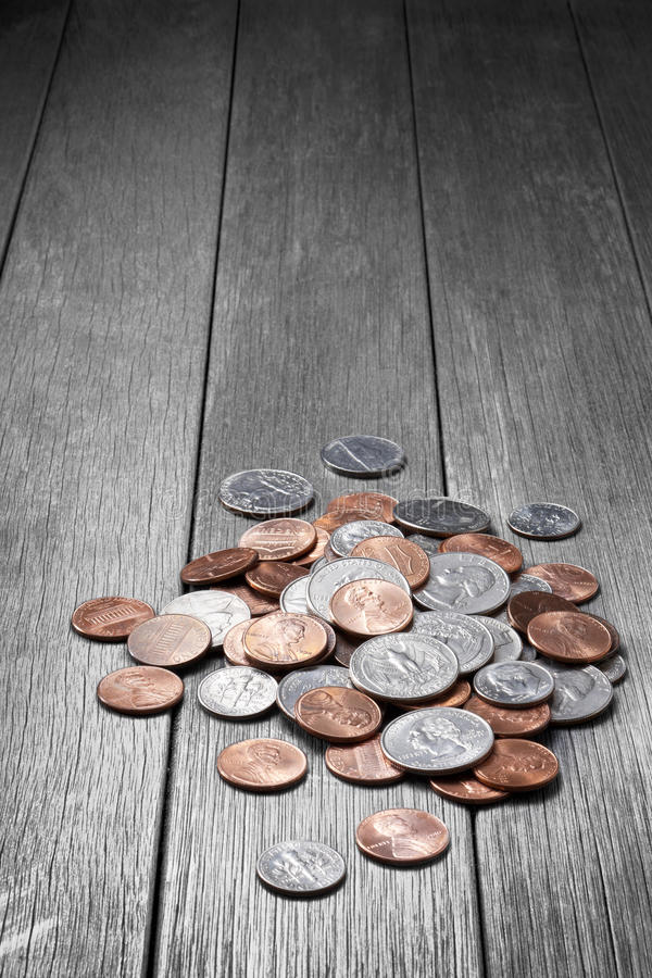 Деньги чеканят деревянную предпосылку стоковые изображения rf