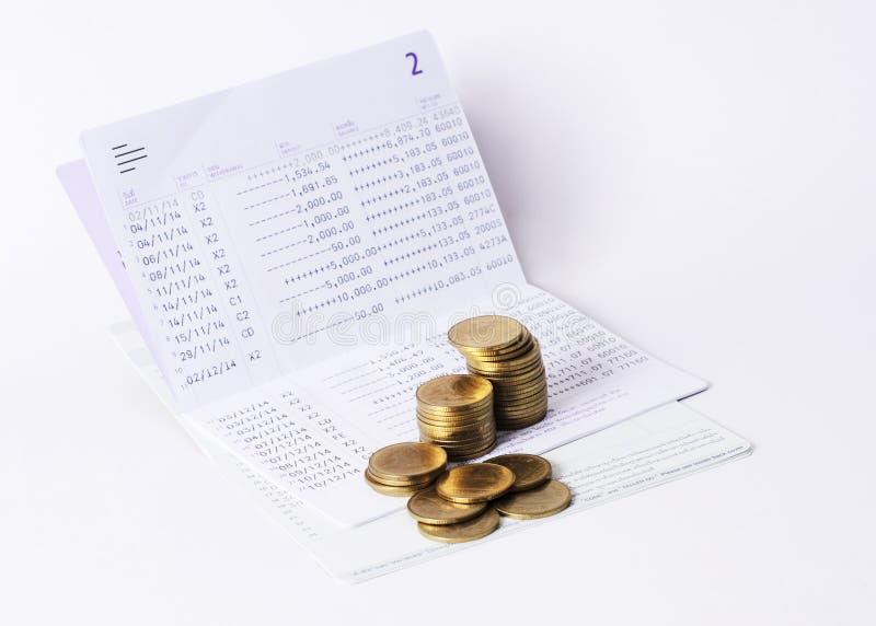 Деньги чеканят план сбережений банка стога и книги для концепции займа стоковые фото