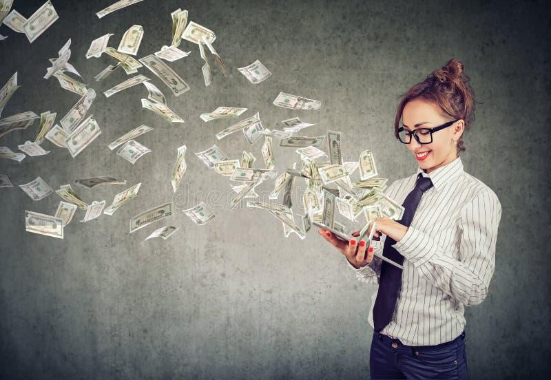Деньги excited женщины выигрывая с онлайновой службой стоковая фотография rf