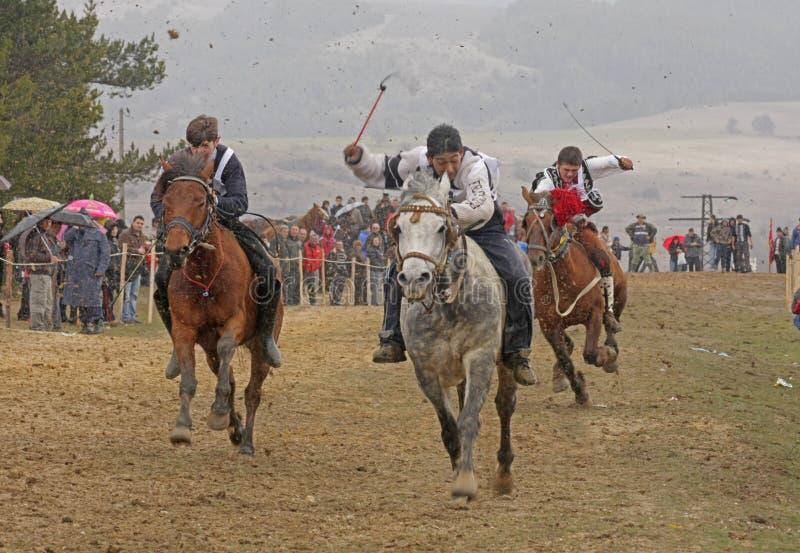 День 's St Todor Участвуйте в гонке с лошадями и тележки тяги лошадей с тяжелой вносят дальше день в журнал Todorov стоковые фотографии rf