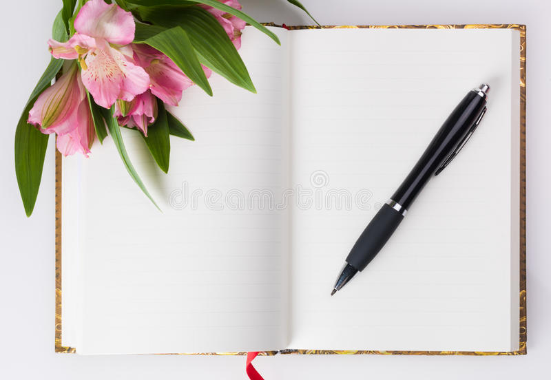 День валентинок, состав дня матерей Дневник влюбленности и свежие цветки весны стоковая фотография rf
