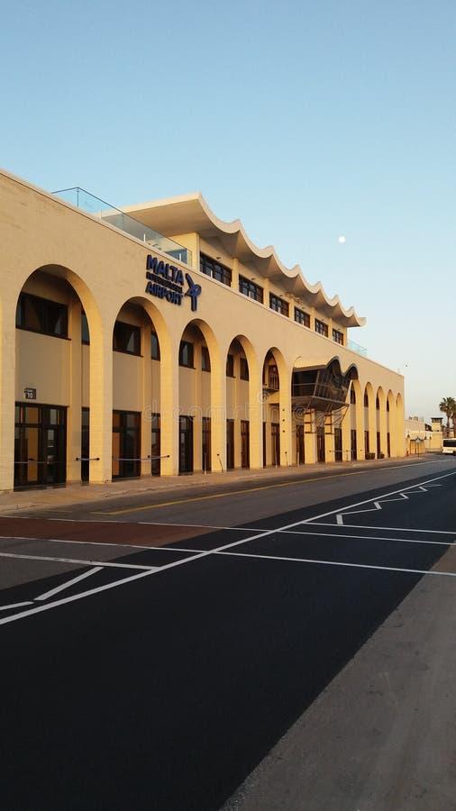 День здания аэропорта Мальты солнечный стоковое изображение rf