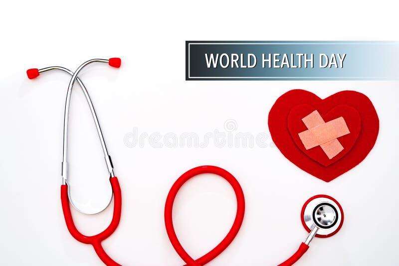 День здоровья мира, здравоохранение и медицинская концепция, красный стетоскоп и красное сердце на белой предпосылке стоковые фото