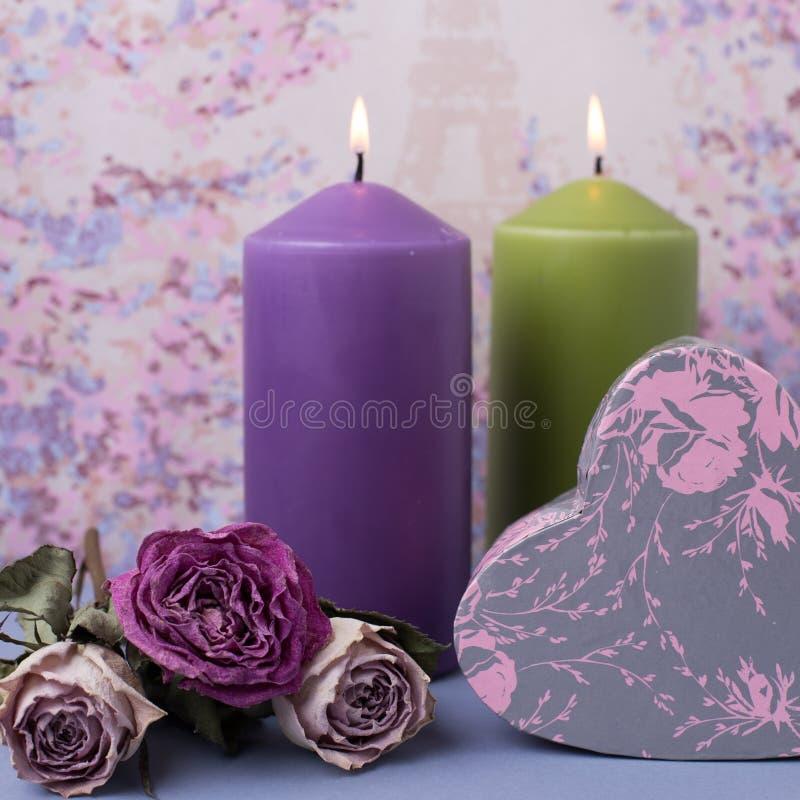 День или свадьба валентинок Свечи, цветки, подарок в форме сердца в фиолетовых тонах Селективный фокус скопируйте космос стоковое изображение