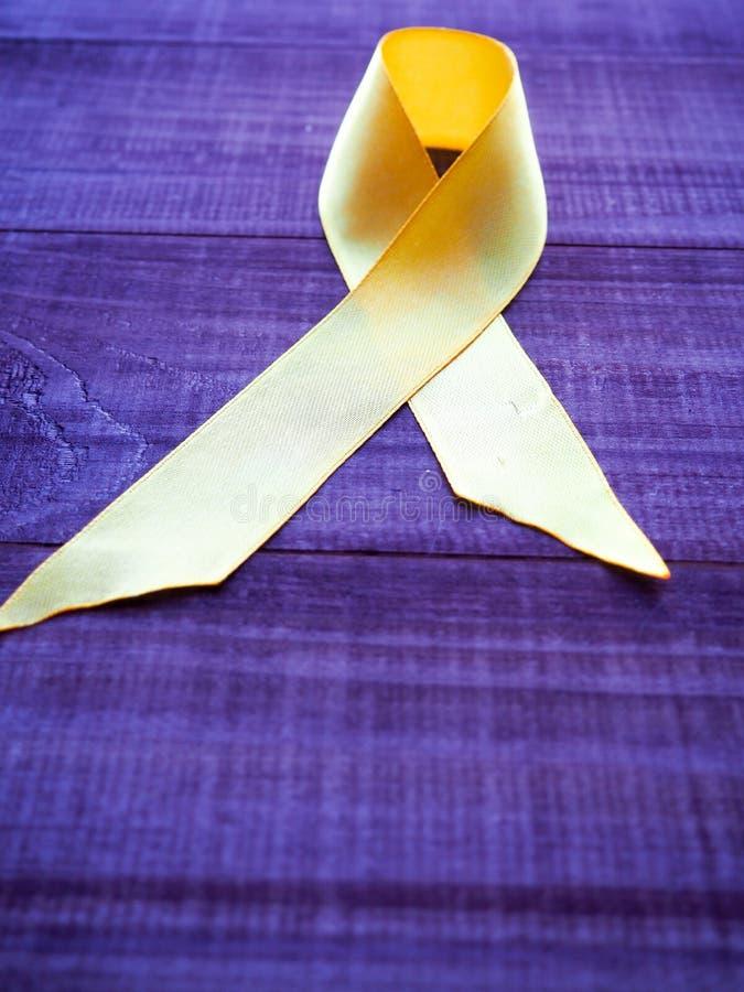 День Карциномы детства Желтая лента на голубой предпосылке стоковое изображение