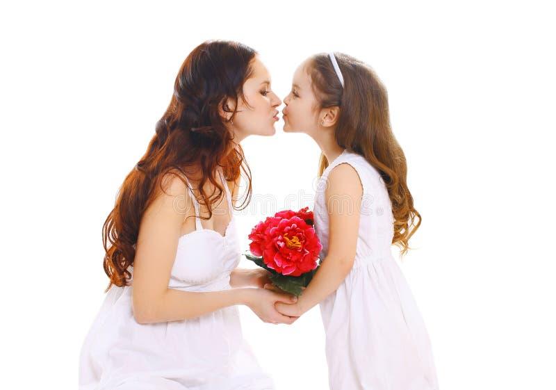День матерей, день рождения и счастливая семья - дочь дает мать цветков стоковая фотография rf