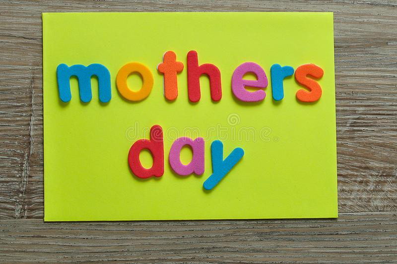День матерей на желтом примечании стоковые фото