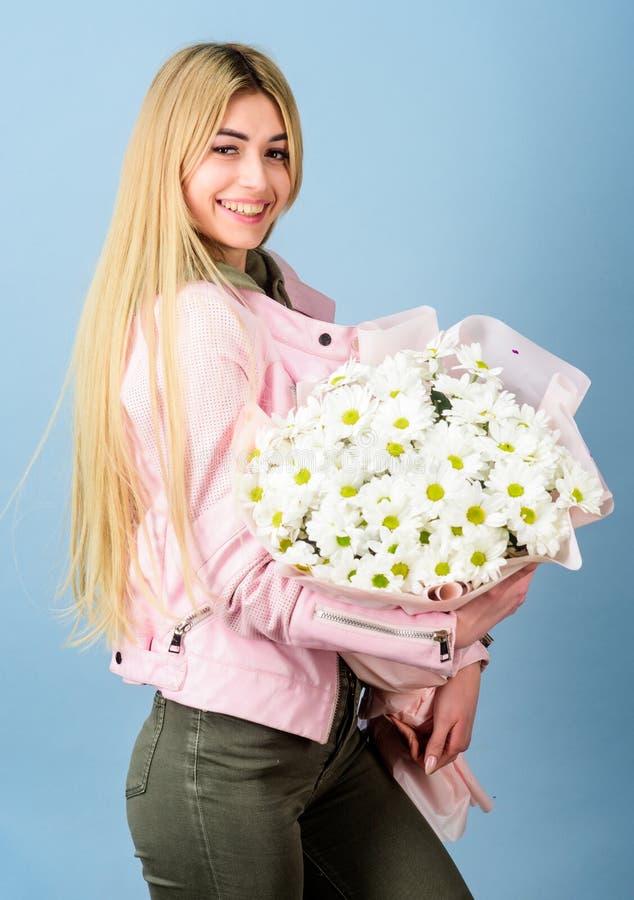 День матерей 8-ое марта дня рождения или любой другой случай для подарка Букет стоцвета владением девушки нежный чувственный бело стоковое фото rf