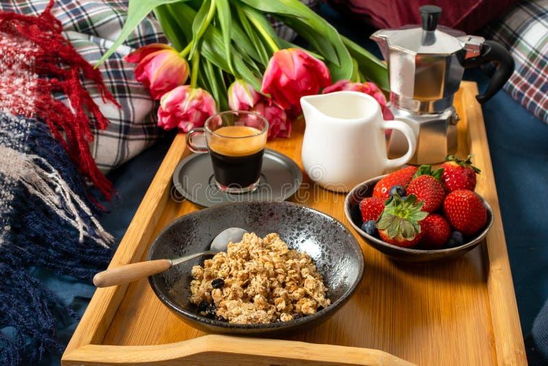 День матери женщин валентинок, уютное утро - завтрак в кровати стоковая фотография