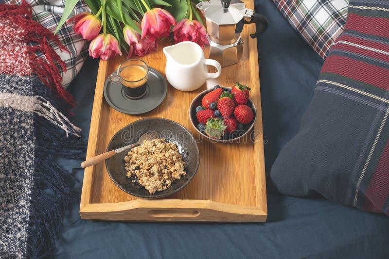 День матери женщин валентинок, уютное утро - завтрак в кровати стоковые изображения