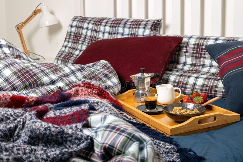 День матери женщин валентинок, уютное утро - завтрак в кровати стоковая фотография rf