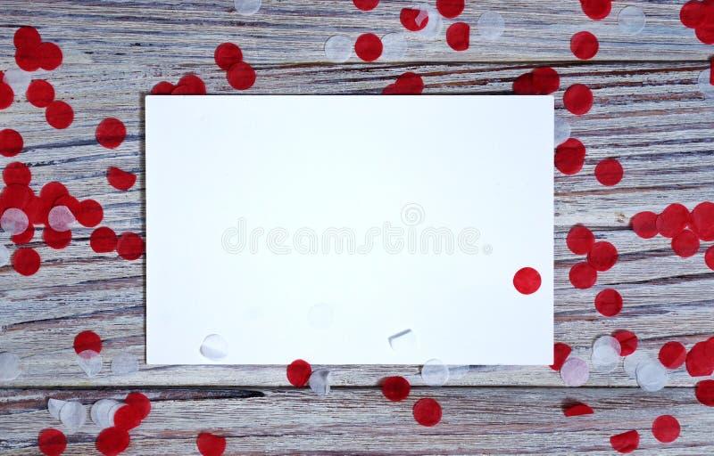 День независимости Сингапура 9-ое августа концепция свободы, независимости и патриотизма confetti с листами белой бумаги на a стоковые изображения rf