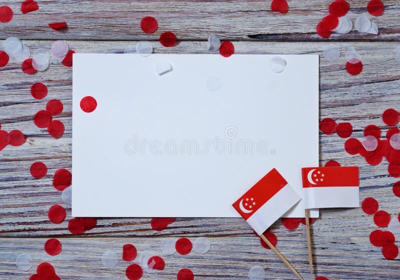 День независимости Сингапура 9-ое августа концепция свободы, независимости и патриотизма флаги и confetti с листами белизны стоковые фотографии rf