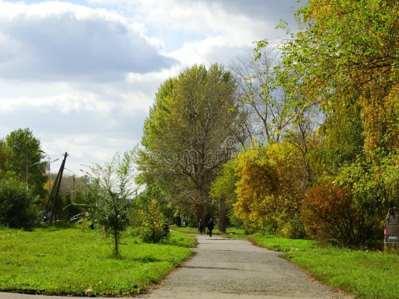 День осени в парке города стоковое изображение rf