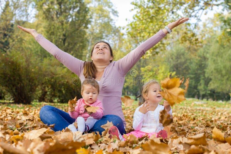 День осени счастливой наслаждения матери красивый стоковые фото