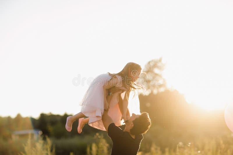 День отца счастливая семейная дочь обнимает отца на отдыхе на улице стоковое изображение rf