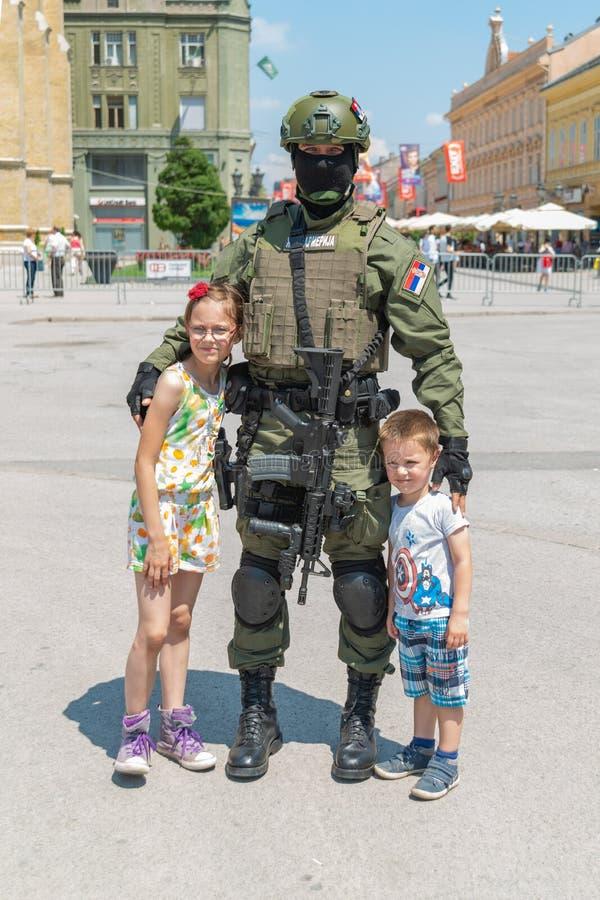 День полиции отметил на квадрате Trg Slobode свободы в Novi грустном Дети представляют с СВАТ стоковые изображения rf