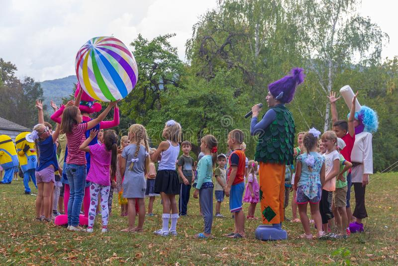 День праздника деревни со спортивными площадками аниматоров и детей и конкуренций в парке в осени стоковые изображения rf