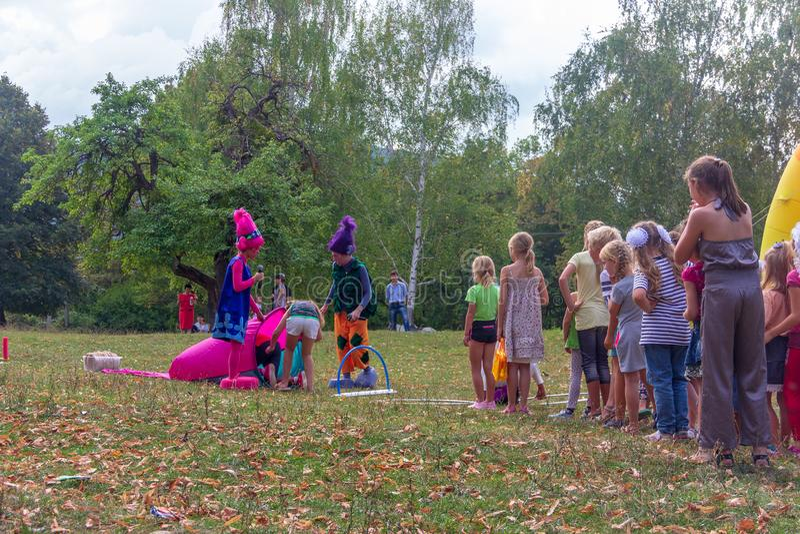 День праздника деревни со спортивными площадками аниматоров и детей и конкуренций в парке в осени стоковая фотография rf